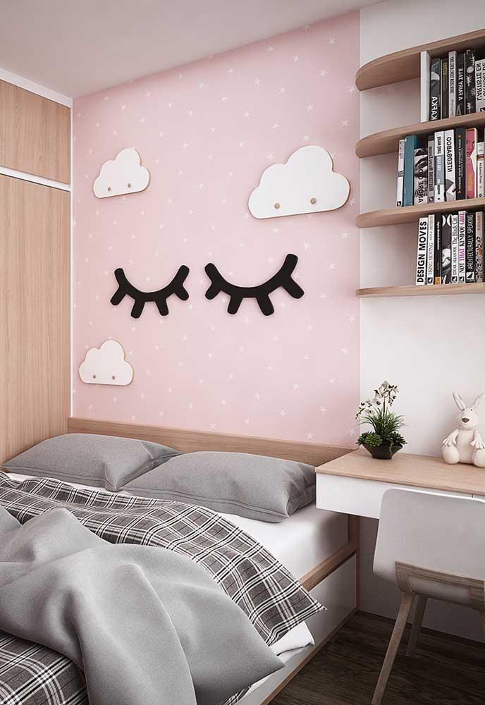 Se o filho ainda estiver na pré-adolescência, vale apostar em algo mais infantil como esse papel de parede. Mas não esqueça de deixar um espaço de estudo e leitura