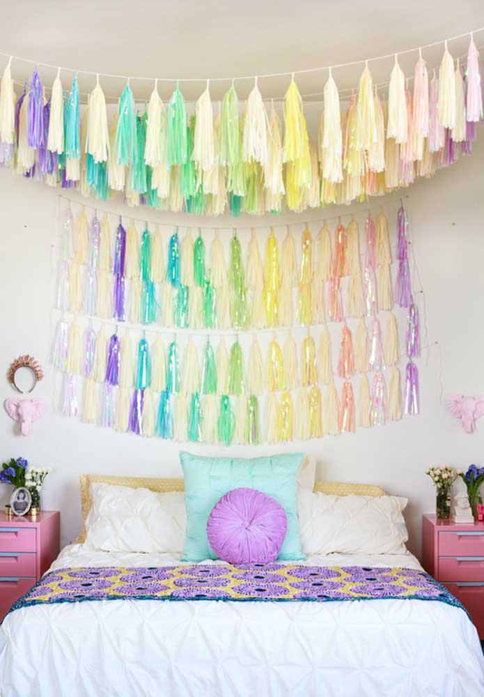 Se você não tem medo de ousar, faça uma decoração colorida usando materiais reciclados. Você pode tanto decorar apenas a parede quanto pendurar algo em cima da cama.