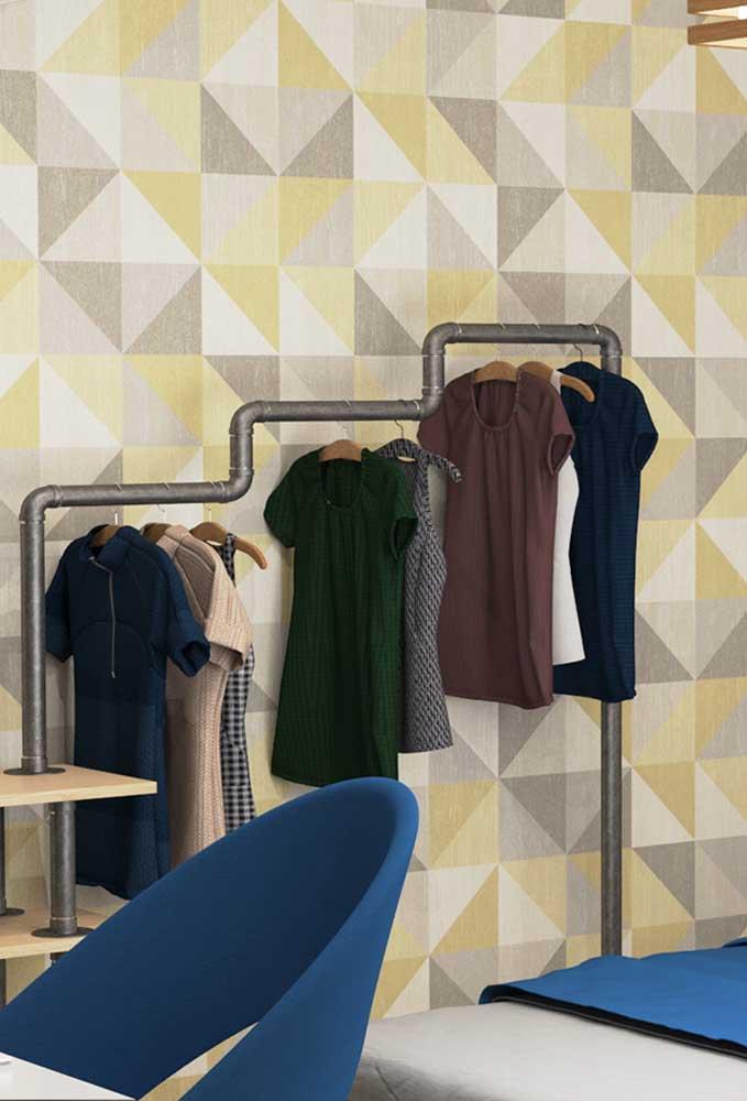 Se a intenção é fazer algo mais minimalista para o quarto de adolescente, você pode trocar o guarda-roupa por uma arara customizada. O objeto é simples e muito prático.
