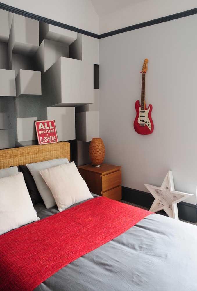 Na hora de fazer a decoração do quarto de adolescente é importante acrescentar alguns elementos que fazem parte do perfil dele como essa guitarra que é o grande destaque dessa parede.