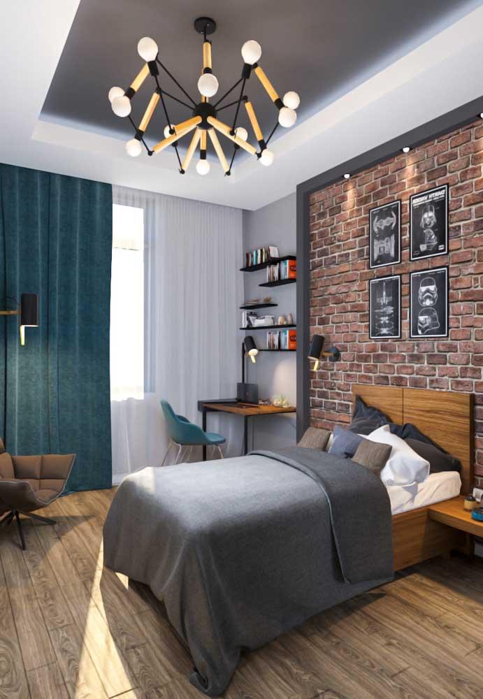 Um quarto de adolescente masculino rústico deve ter um piso de madeira e uma parede no formato de tijolinhos. O mais interessante é incrementar a decoração com alguns itens modernos para destacar, ainda mais, o espaço.