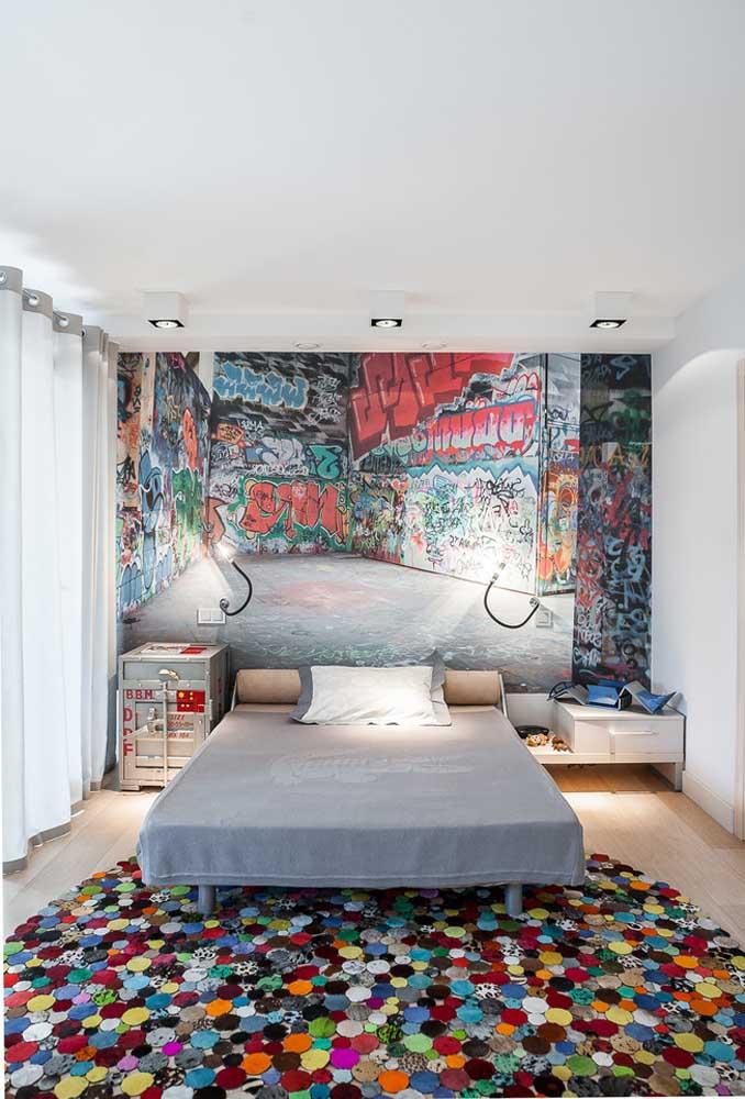 Fazer um painel diferenciado na cabeceira da cama é para chamar atenção de qualquer um. Agora se colocar um tapete bem colorido, o resultado é chocante.