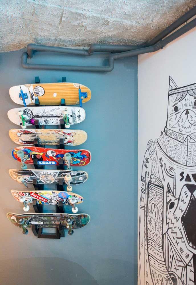Que tal fazer um objeto para guardar os skates? A variação de cores dos skates faz com que a decoração fique mais animada.