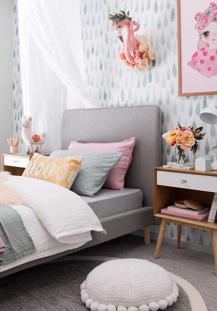Use a cor cinza para fazer um quarto de adolescente feminino. O destaque fica por conta dos elementos decorativos que vão compor o cenário.