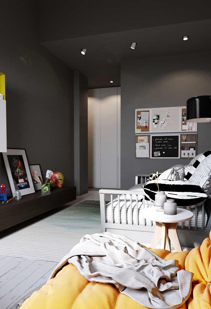 Mas se a intenção é fazer um quarto mais simples, sem perder o ar de modernidade, você pode apostar na cor cinza escuro para pintar as paredes.