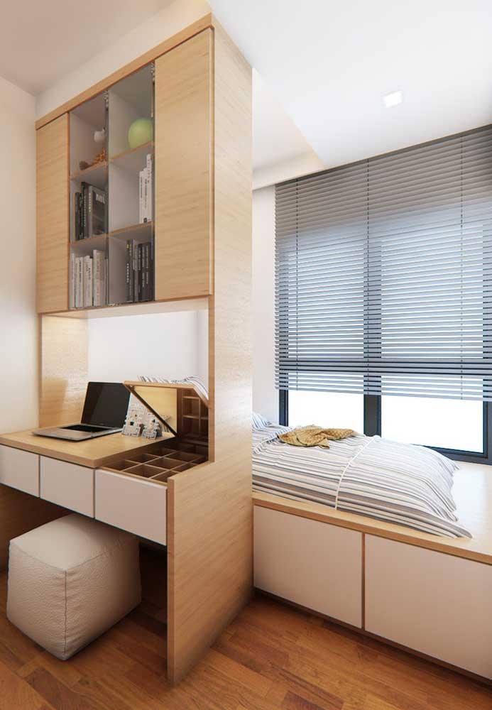 Use móveis versáteis que atendam a todas as necessidades do adolescente. Nesse caso, você consegue criar um espaço de estudo, sem perder a característica do quarto.