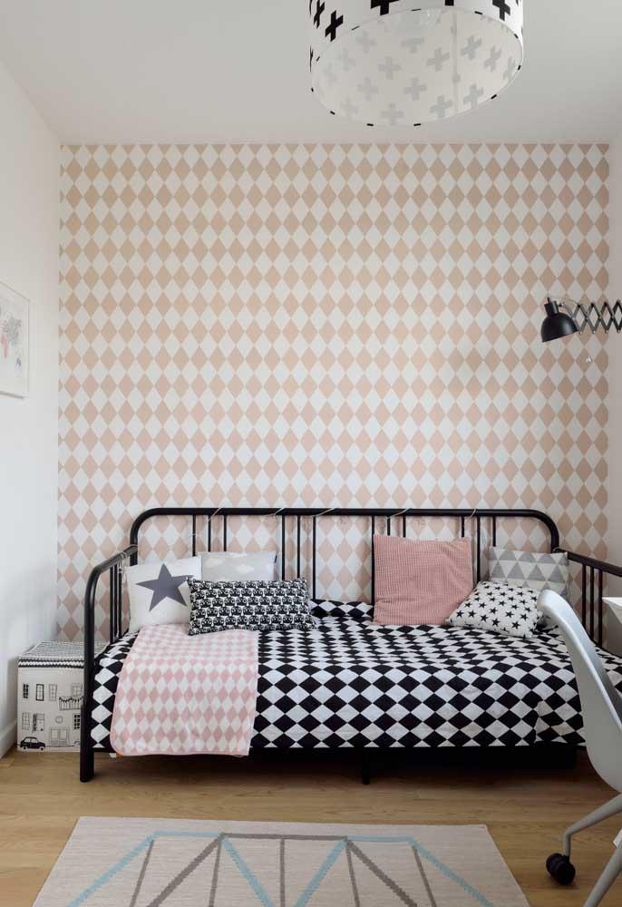 Que tal fazer um contraste de cores interessante como este: rosa com branco na parede e preto com branco na cama?