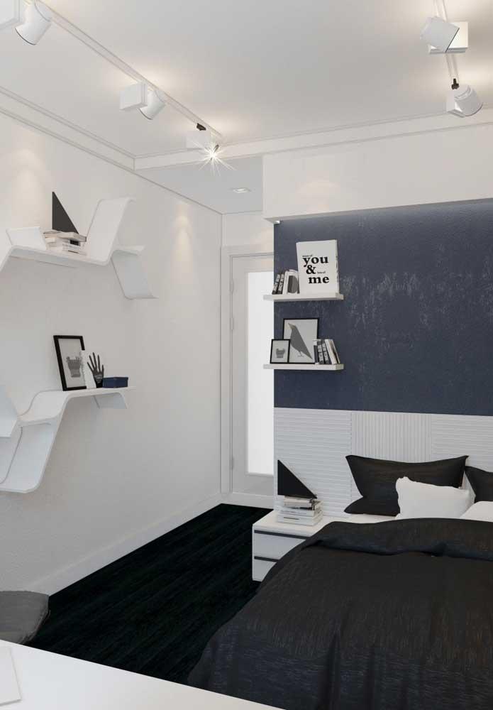 Para não deixar o quarto totalmente branco, aposte em um tapete mais escuro que cubra todo o piso e use objetos nos tons mais escuros.