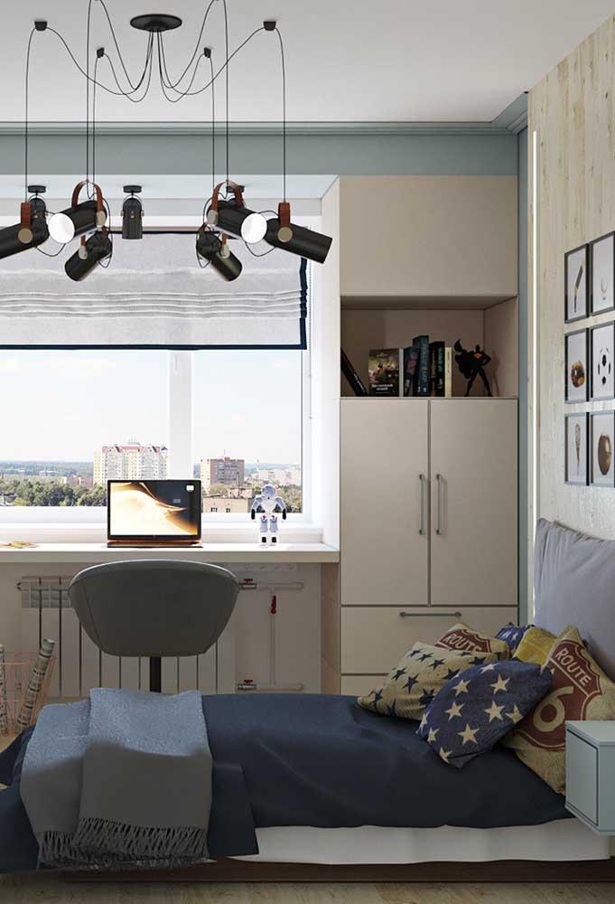 Para deixar o quarto mais iluminado, uma janela é fundamental dentro do quarto. Mas as luminárias suspensas ficam perfeitas na decoração do ambiente.