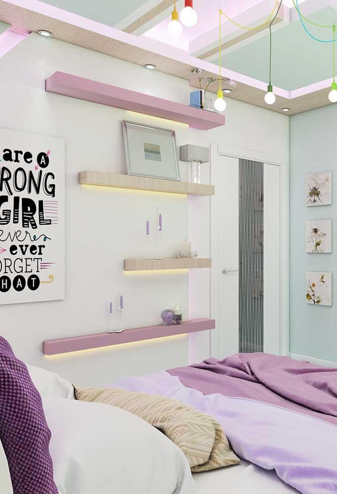 Para quarto de adolescente feminino, as cores lilás e branca são perfeitas para criar uma harmonia no ambiente. Mas é interessante incrementar a decoração com alguns itens diferenciados.