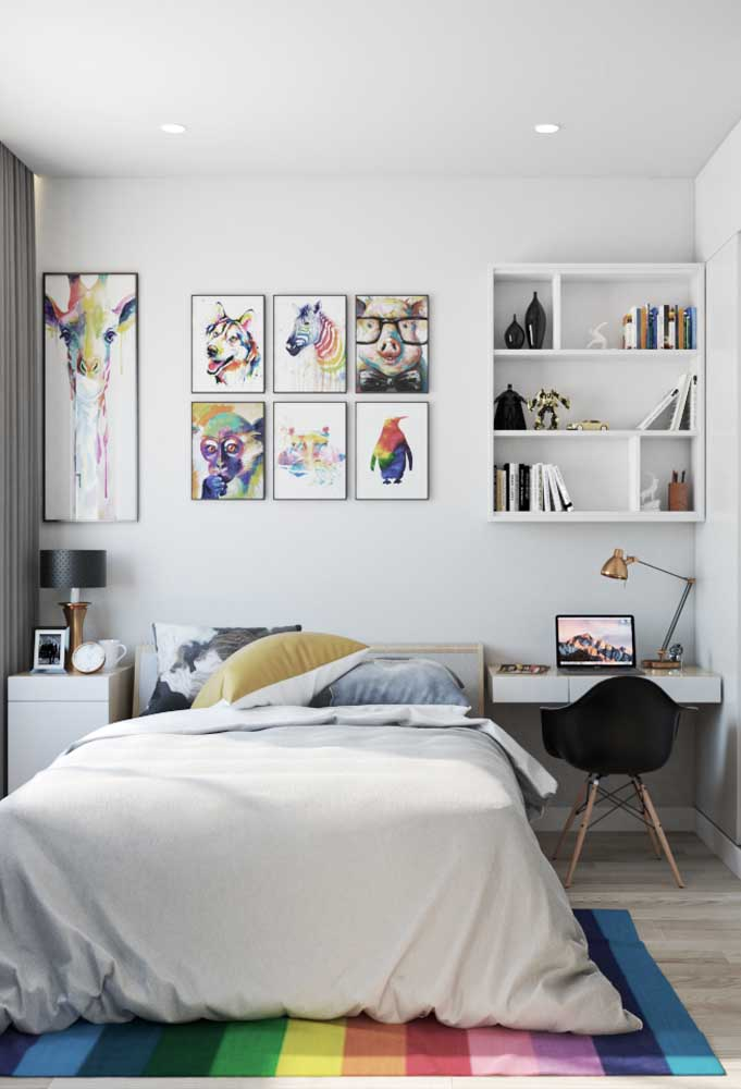 Aposte em quadros diferenciados para fazer um belo painel em cima da cama. Usando móveis certos, é possível criar um espaço de estudo para o adolescente