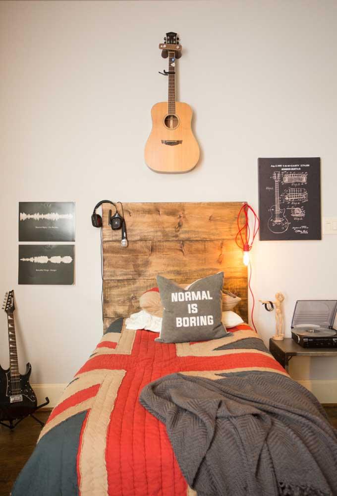 Na cabeceira da cama coloque um painel de madeira e pendure as luzes nele para deixar o ambiente mais interessante. Para decorar a parede, use alguns quadros e coloque uma peça mais pessoal.