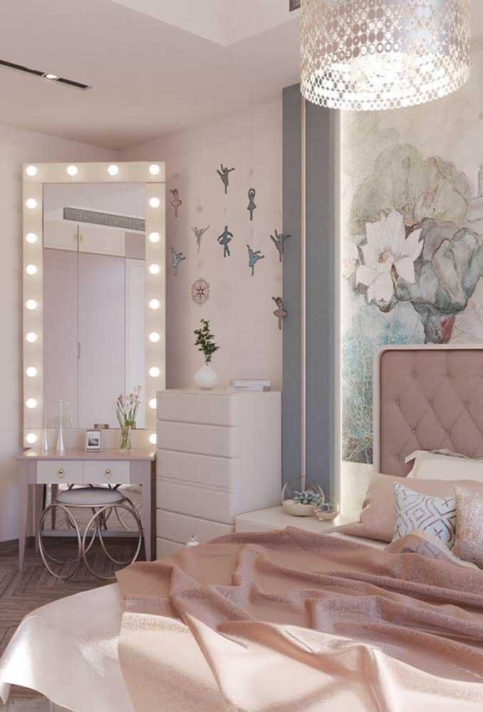 No quarto adolescente feminino, o espelho é um item obrigatório. Para deixá-lo mais fashion, coloque algumas luzes ao seu redor.