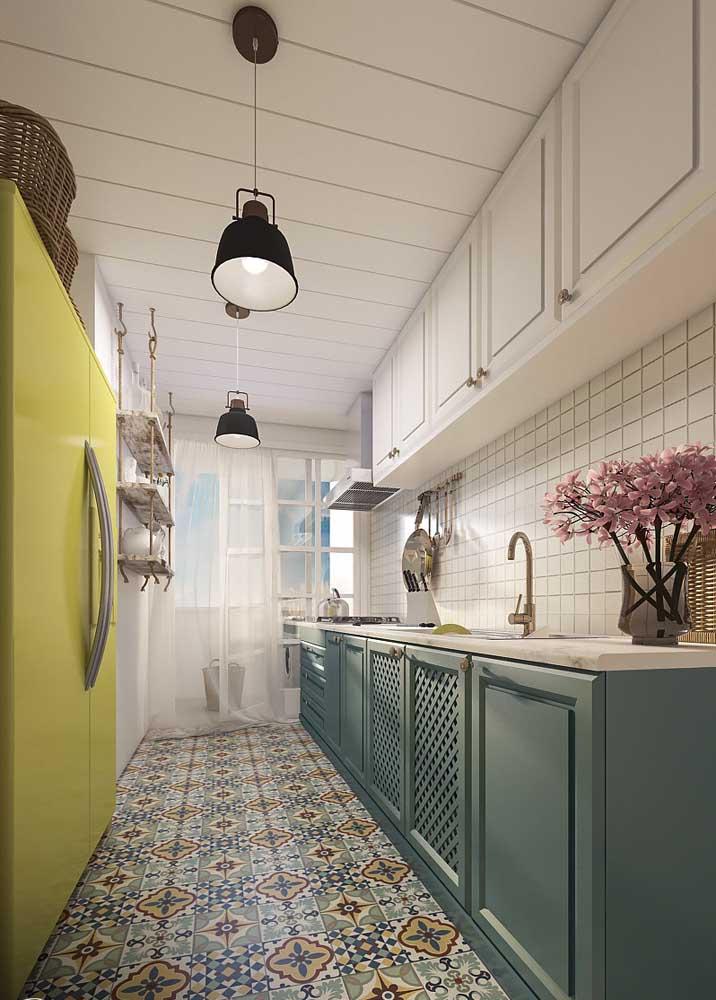A cozinha de estilo romântico e retrô apostou em pastilhas na parede e ladrilhos hidráulicos no chão