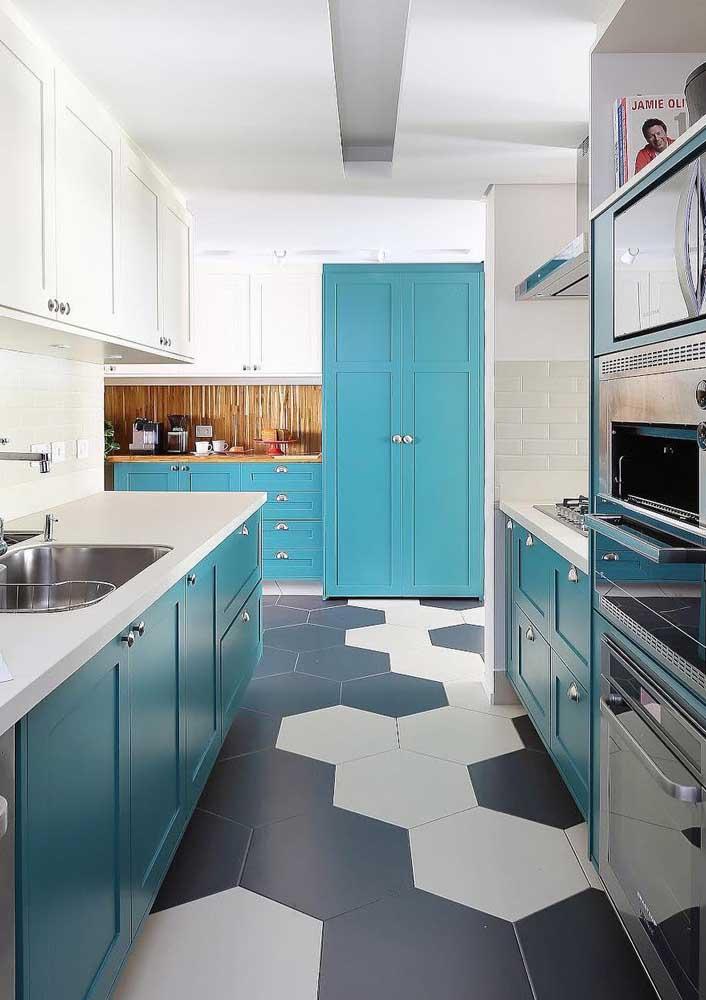 Para que o piso se sobressaísse nessa decor, a opção foi usar um azulejo de metro branco e discreto na parede