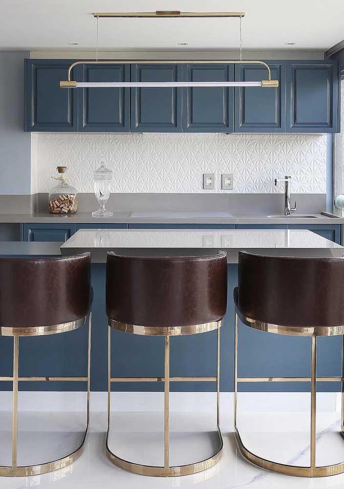 Parede 3D para essa cozinha e chão de mármore: uma combinação refinada e elegante