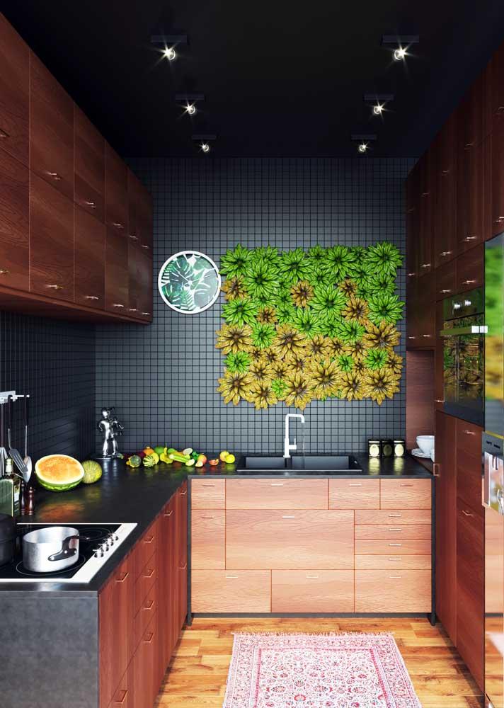 Mas tem opção também para quem deseja uma cozinha única e cheia de estilo: essa aqui, por exemplo, traz pastilhas de cerâmica cinza nas paredes e piso de madeira no chão