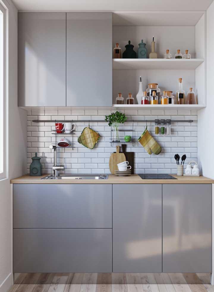 O local mais clássico da cozinha para usar revestimento é na parede sobre a pia