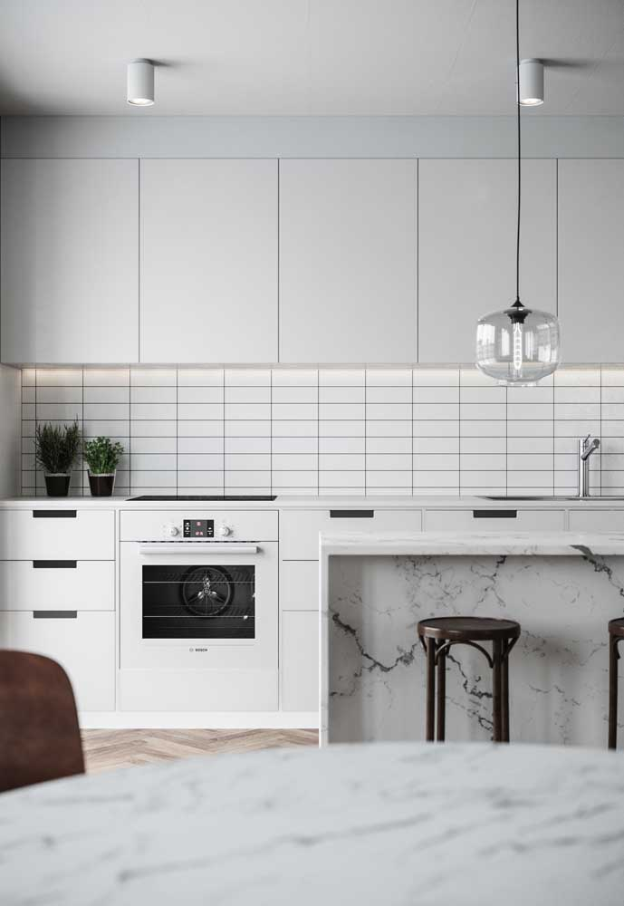A cozinha bem iluminada apostou nos tons amadeirados para o revestimento do chão e da parede