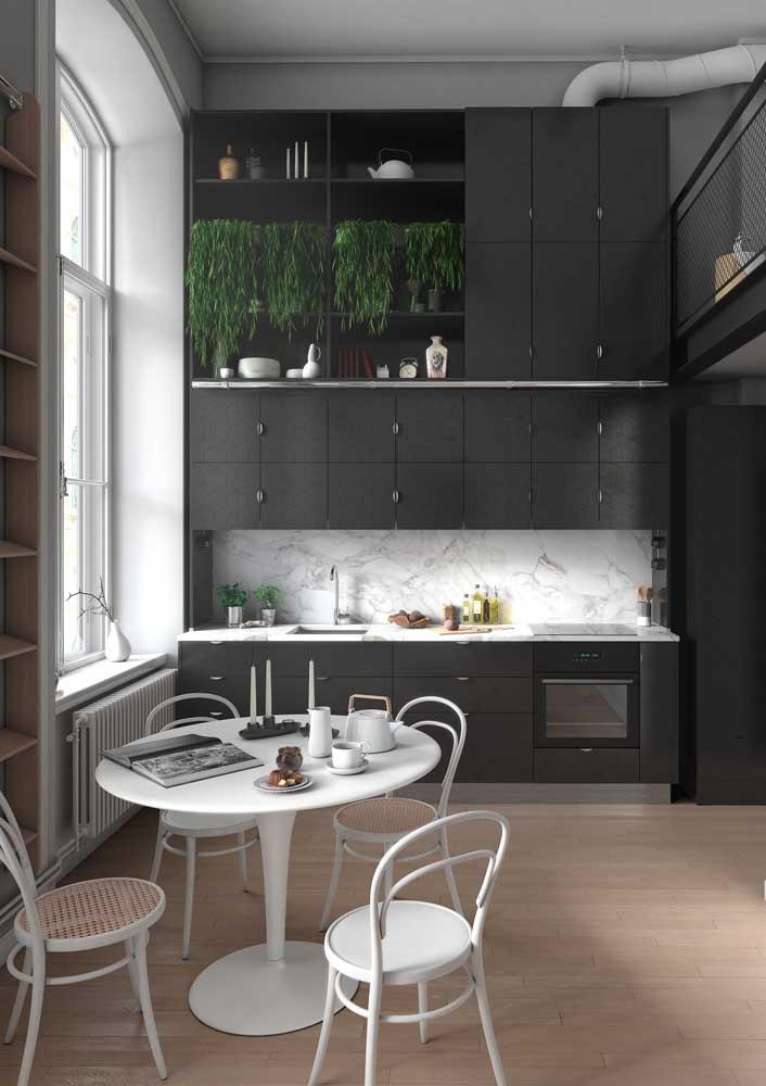 A cozinha de pé direito alto pode e deve abusar de cores marcantes, como o preto, para contrastar uma faixa de mármore branco na parede