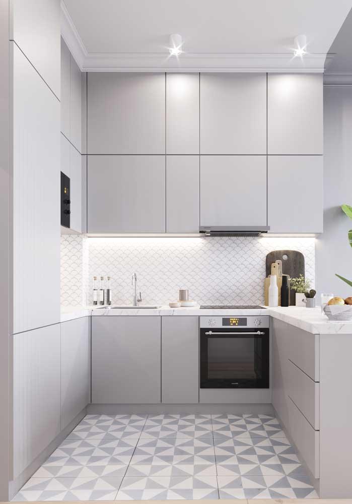 Cozinha branca com detalhes cinza para sair – mesmo que só um pouco – da monotonia cromática
