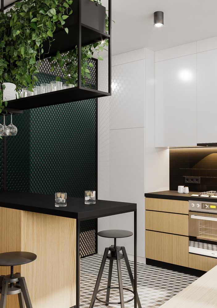 Nessa cozinha o azulejo de metro preto foi suavizado pela luz amarela da fita de LED
