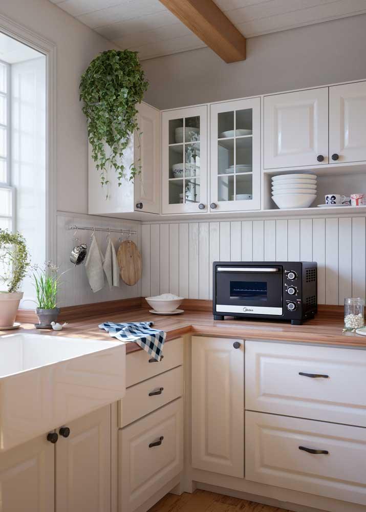 A clássica cozinha de estilo americana revestida com madeira branca: uma inspiração!