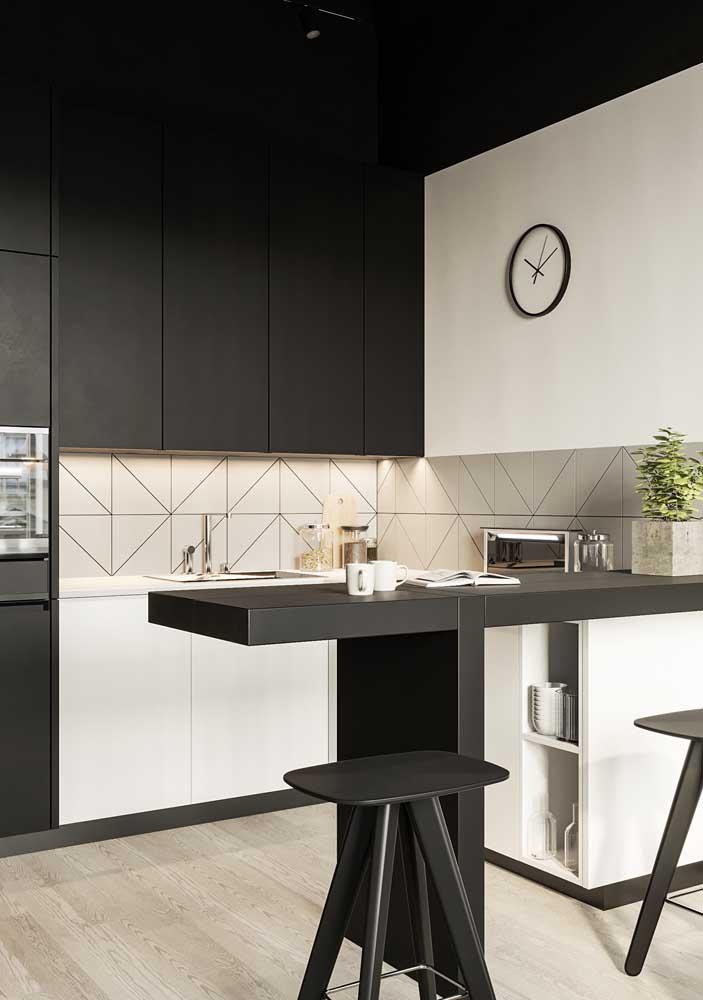 Azulejos meio a meio com rejunte preto para combinar com os armários; no chão, um porcelanato amadeirado de tom claro