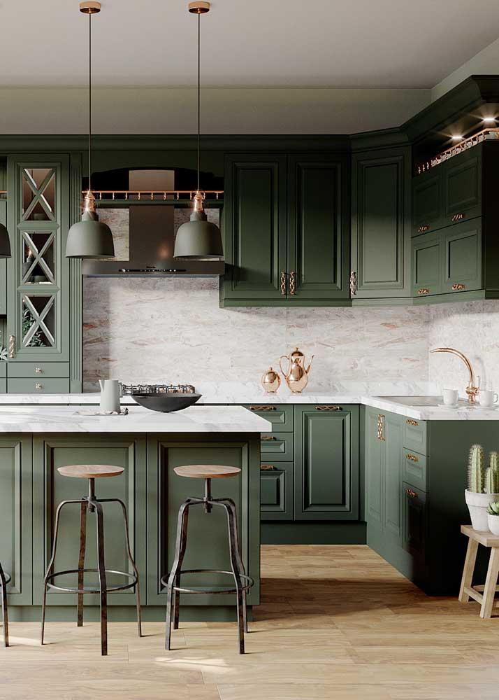 Nada comum: essa cozinha de tom verde musgo fica ainda mais em evidência com os revestimentos de tom claro