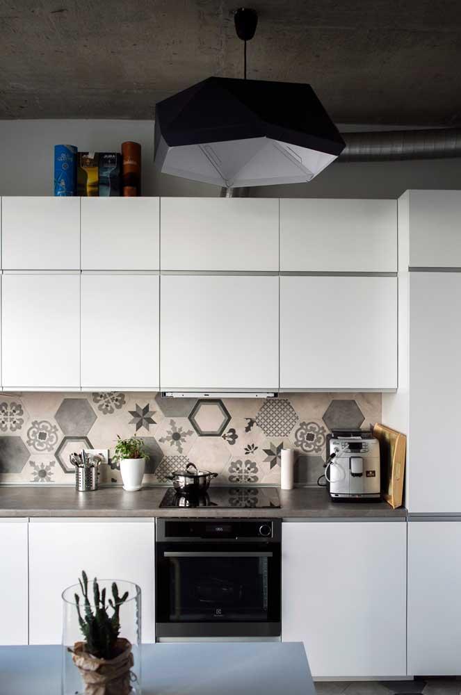 Azulejos estampados na cor cinza e branco se harmonizam com o restante da cozinha que segue o mesmo tom