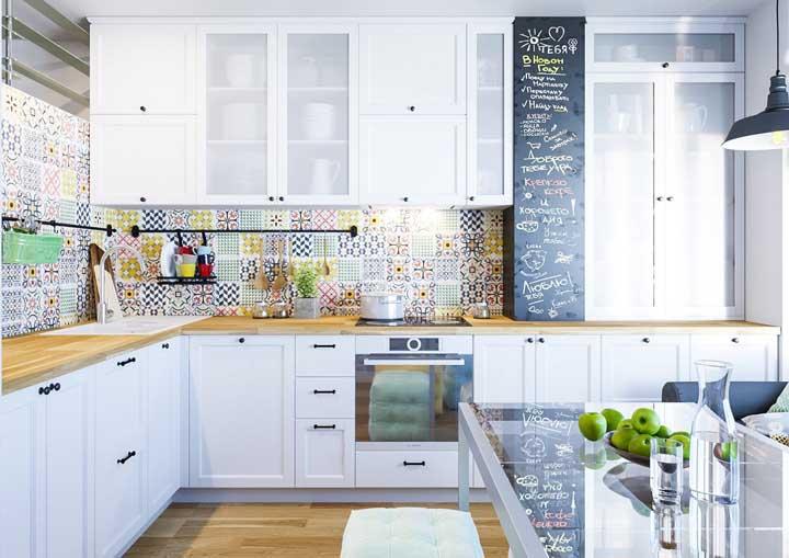 Colorida, cheia de vida e com um pouco de tudo: azulejo retrô, adesivo lousa e piso de madeira