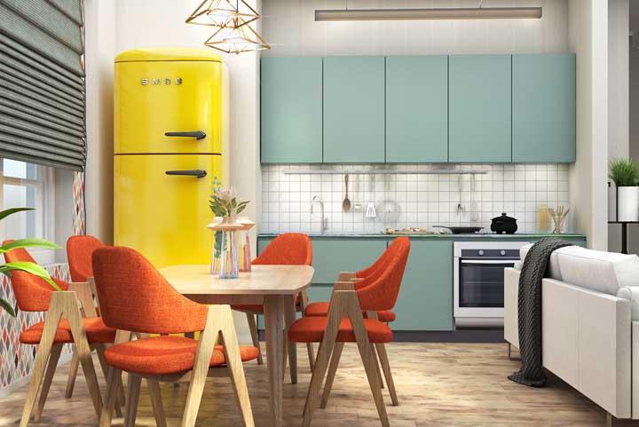 Quando a cozinha for integrada a outros ambientes, procure por um revestimento que se ajuste ao conjunto