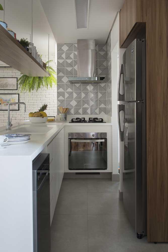 Cerâmica na parede e porcelanato no chão: ambos os materiais facilitam a limpeza do ambiente