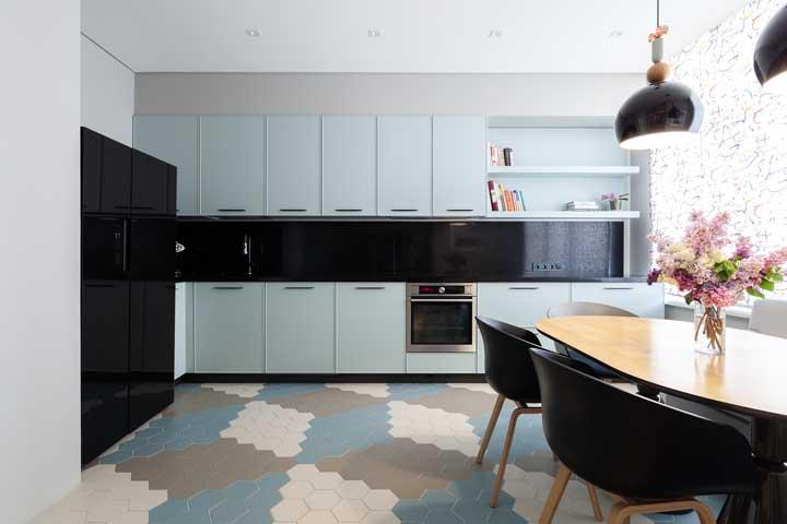 Trio de cores neutras e suaves nos revestimentos dessa cozinha