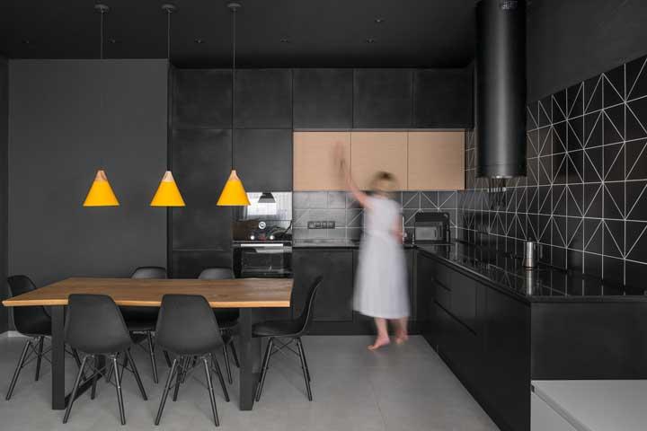 Mas se é uma cozinha toda preta que você procura, então veja essa inspiração: dos revestimentos aos armários