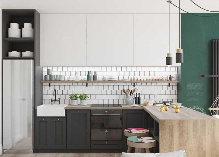 Azulejos de metro com armários de marcenaria clássica: uma combinação e tanto para a cozinha