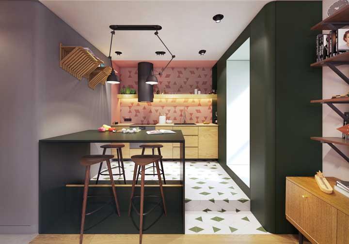 Vermelho na parede e verde no chão: o que esses revestimentos têm em comum? A forma geométrica