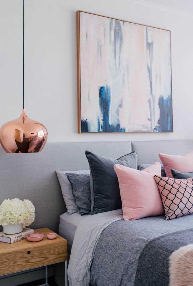 A luminária rosé gold combina perfeitamente com o resto dos elementos que fazem parte da decoração do quarto