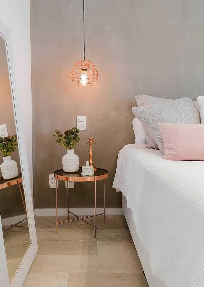 Uma luminária industrial na cor rosé gold deixa qualquer ambiente bem charmoso