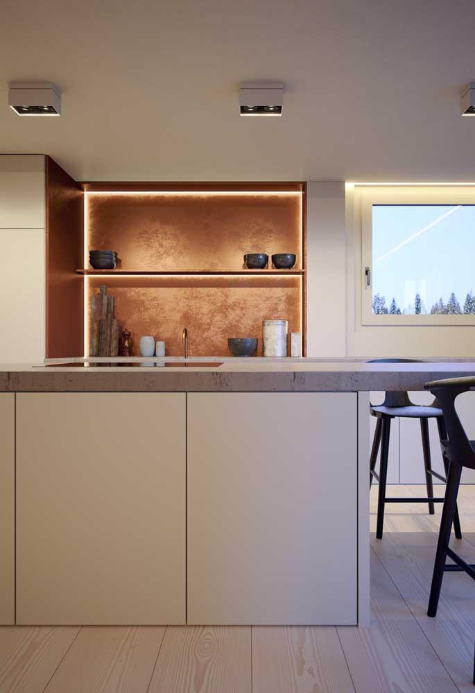 Para deixar a cozinha pequena com um ar mais luxuoso, aposte na parede rosé gold