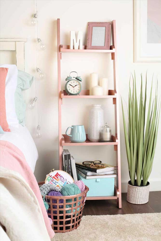 Um quarto feminino pede itens no tom rosa que combina perfeitamente com o rosé gold