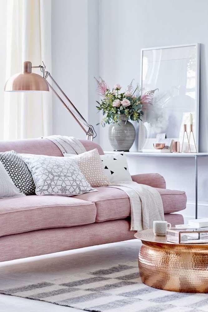 Agora a luminária além de fazer um conjunto com a mesa de centro da sala, está combinando com as cores do sofá