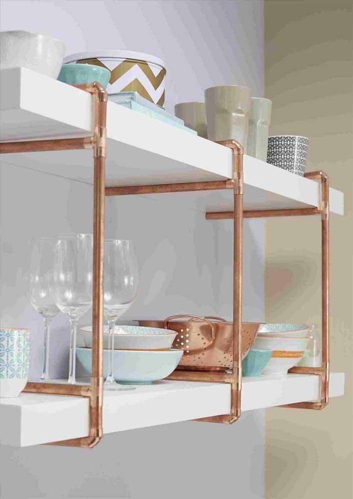 Como a cozinha já conta com itens metalizados em sua decoração, nada mais justo do que usar o rosé gold nos detalhes