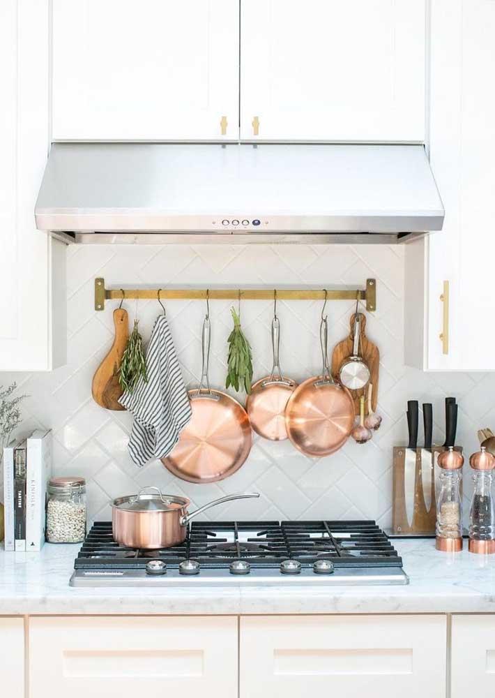 Na cozinha, a cor rosé gold pode está presente na linha de panelas e outros utensílios