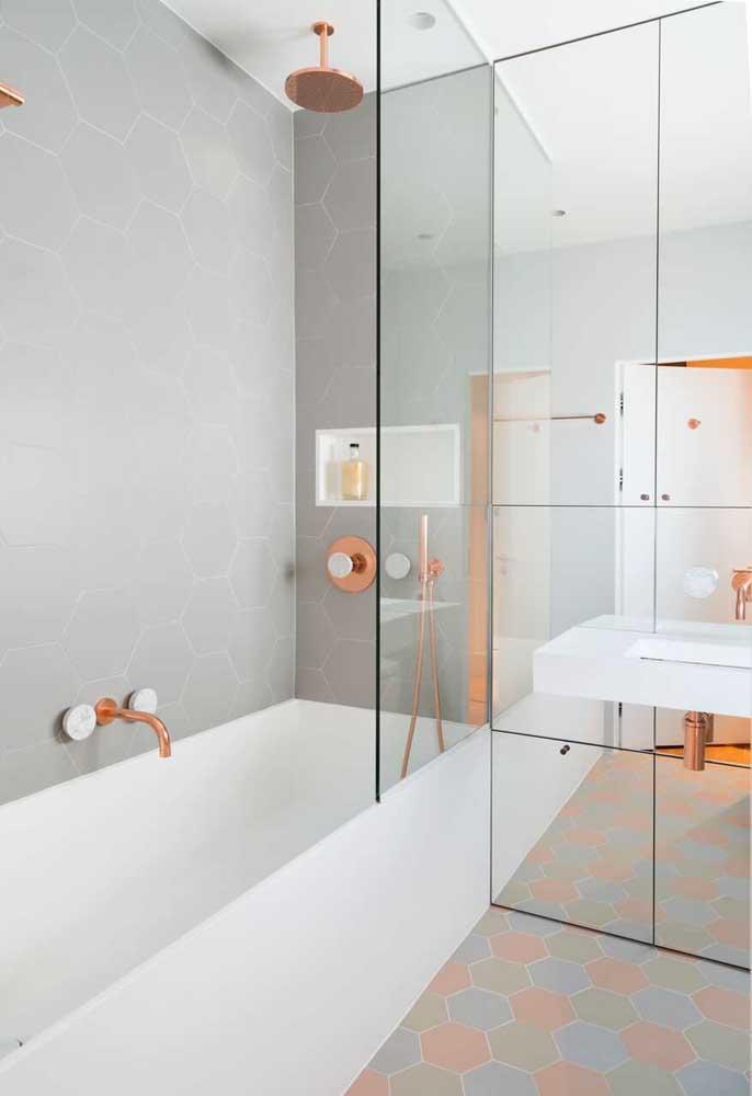 Inclua no projeto do seu banheiro, chuveiros, torneiras e pés da pia no tom rosé gold para deixá-lo com um ar mais sofisticado