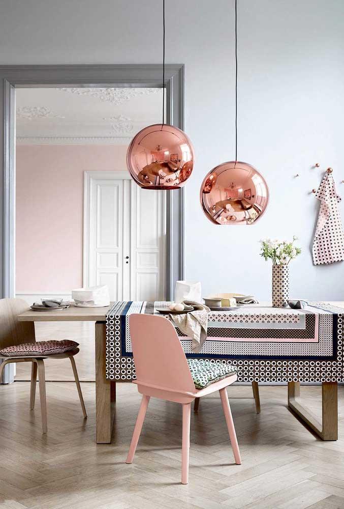 A luminária na cor rosé gold tem um reflexo parecido com o espelho