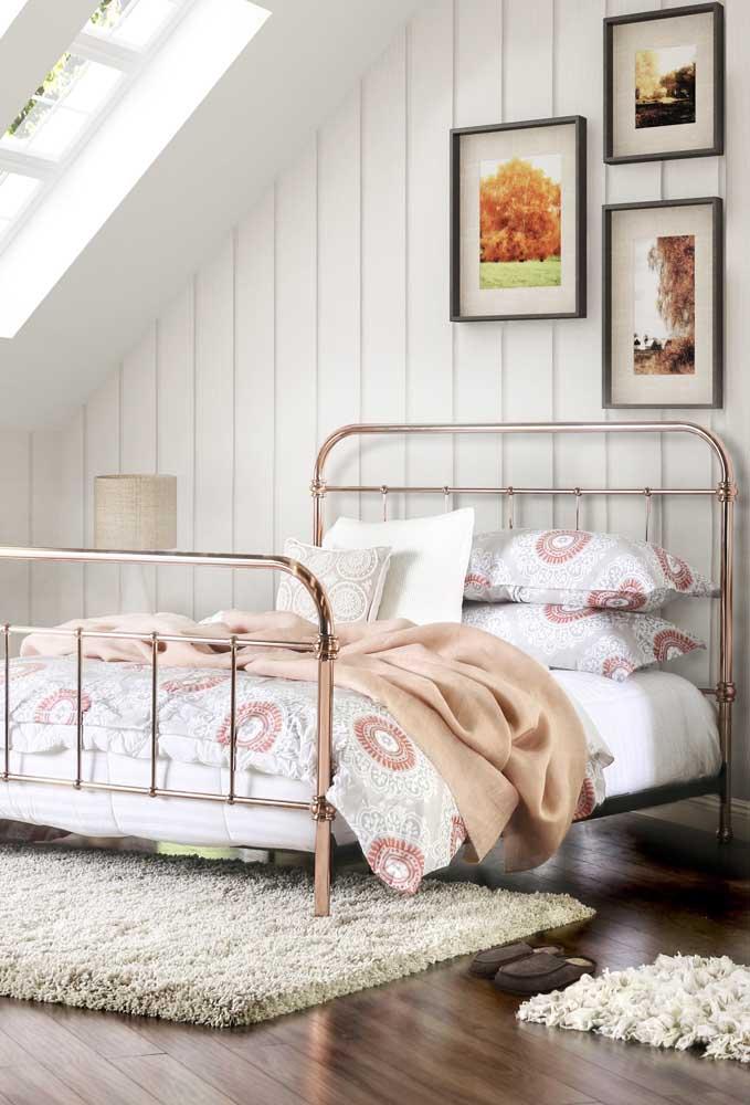 Para um quarto mais clássico, nada melhor do que apostar em uma cama metalizada no tom rosé gold