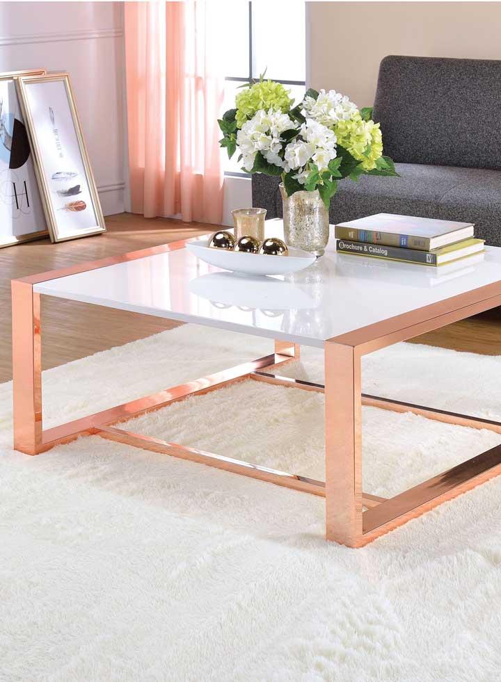 É o caso dessa mesa de centro que ficou maravilhosa com o tapete branco e o sofá cinza