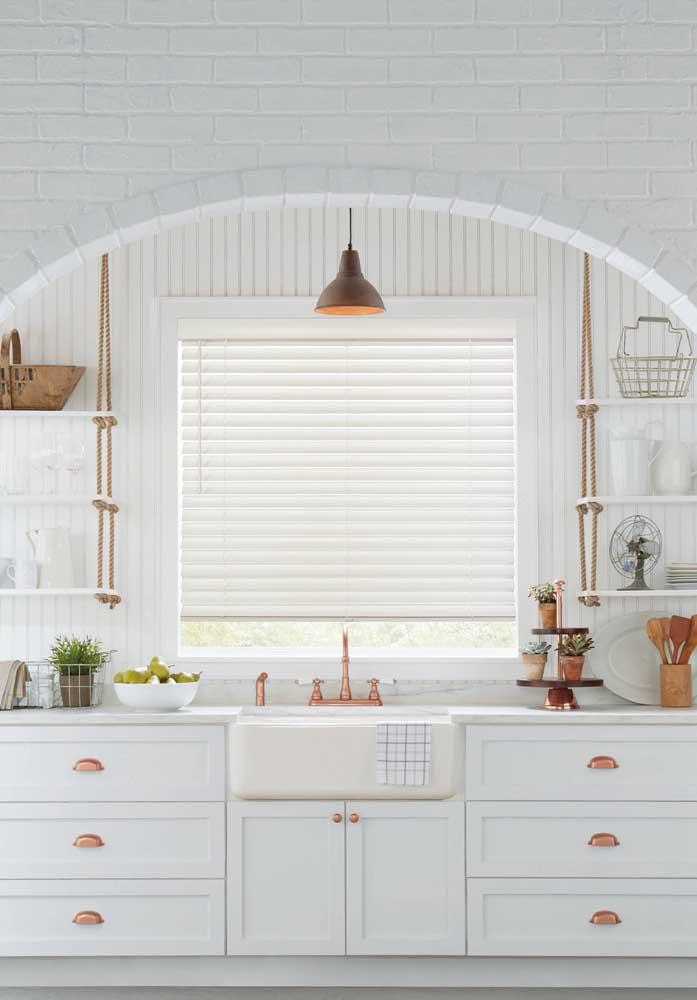 Puxadores de gavetas e conjunto de torneiras na cor rosé gold deixaram a cozinha com um ar mais leve e ao mesmo tempo sofisticada