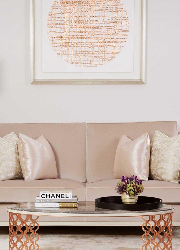 Para chamar a atenção total dos convidados, aposte neste sofá lindo na cor rosé gold